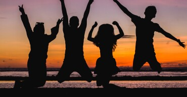 silhouette-of-people-jumping-935835
